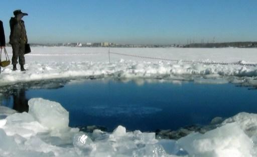 切巴爾庫爾湖上據信由隕石碎片撞擊出的冰層破洞照片(AFP PHOTO / CHELYABINSK REGION POLICE DEPARTMENT)