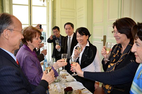 參議院友台小組主席塔斯卡(左2)與成員,20日中午以酒會歡迎文化部長龍應台(右3)訪問法國。(駐法代表處提供/中央社)