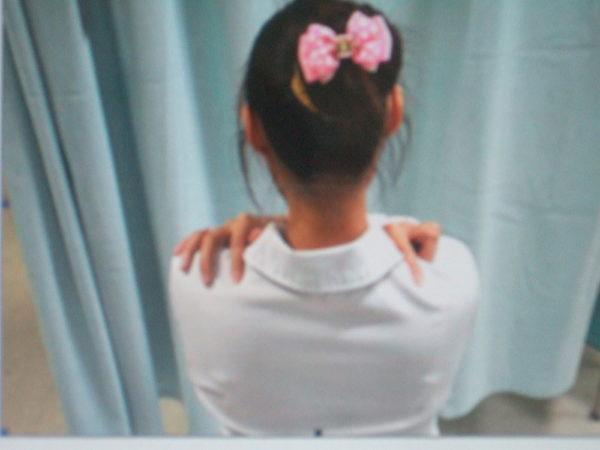 膏肓穴:位于肩胛骨内侧;第四脊下旁开四指宽的肩胛骨边,约位于肩胛骨侧边的中间,左右各一。(高雄医院中医部提供)