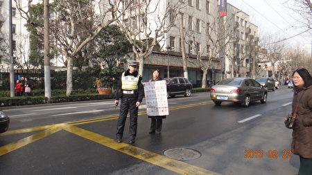 2月22日,上海醫療事故受害者徐佩玲等人怒砸衛生局,抗議該局官員失信於民。(知情者提供)