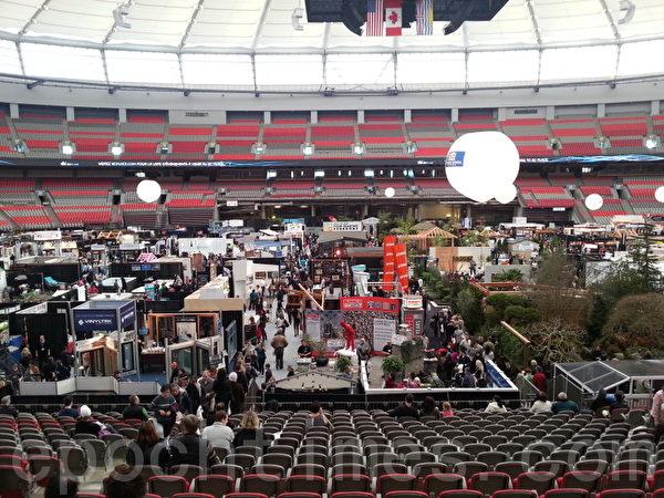 图:2013年温哥华家居与园艺展在BC体育馆举行,吸引众多民众前往参观。(摄影:高明/大纪元)