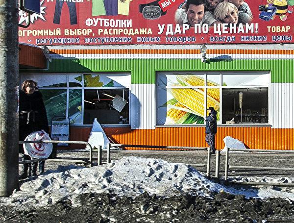 2013年2月15日一顆隕石在俄羅斯車里雅賓斯克市上空爆炸,圖為被衝擊波損壞的商店。(OLEG KARGOPOLOV/AFP/Getty Images)