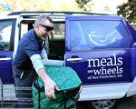 如果啟動自動減支的話,對低收入家庭衝擊最大。圖為舊金山的專門給低收入老者提供膳食的Meals On Wheels公司。(Justin Sullivan/Getty Images)