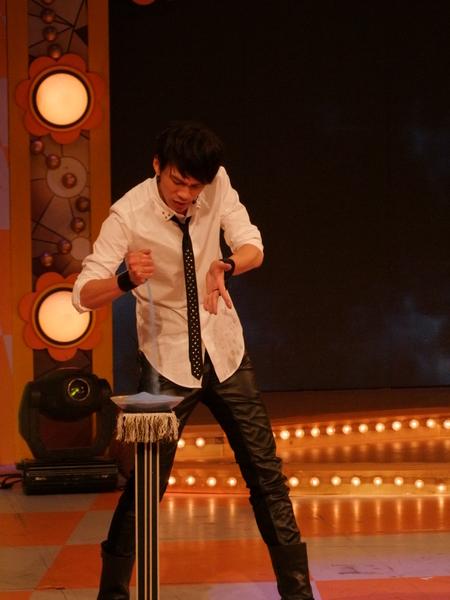 魔术师文沛然表演将手中的水变成沙子。(图/中视提供)