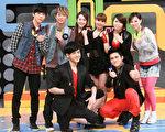 《K歌情人梦》演员许慧欣与超有种乐团上节目录影。(图/福斯国际电视网提供)