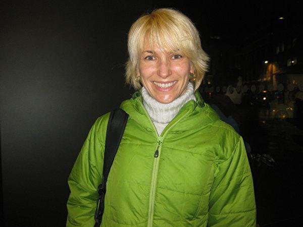 來自烏克蘭的古典舞蹈老師Gina對神韻的舞蹈讚不絕口。(攝影:孟若涵/大紀元)