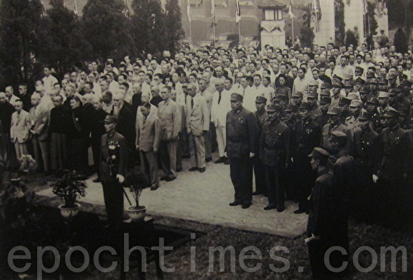 1945年9月9日,南京,冷欣中将将日本投降书献给中国战区统帅蒋中正,白崇禧将军在前排右侧内三。八年抗战胜利,事实上中国已经国困民贫,可说是一次惨胜。(翻摄:钟元/大纪元)