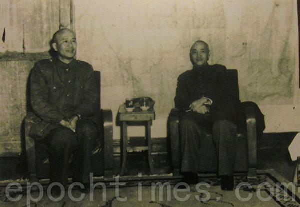 1949年11月20日白崇禧(左)与蒋中正(右)在重庆会晤,商量如何支撑残局。(翻摄:钟元/大纪元)
