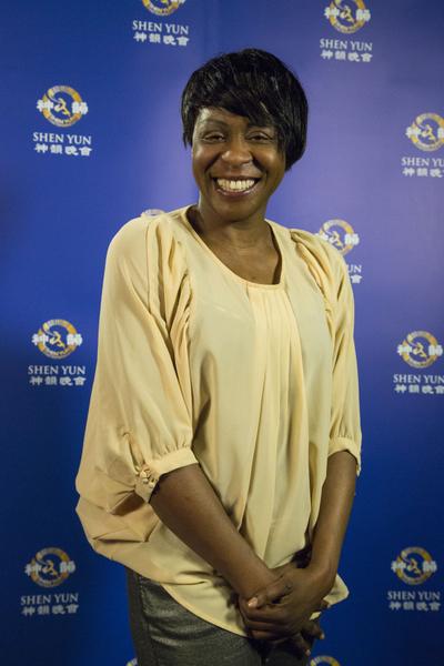 """英国著名电视台Sky184频道《Rhoda Wilson show》节目主持人Rhoda Wilson在观赏了神韵在伦敦最后一场演出后说:""""我看到一个文化角度的中国。""""(摄影:李景行/大纪元)"""