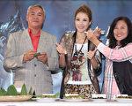 A-Lin的爸媽帶來豐年祭大餐為女兒慶功。(圖/avex提供)