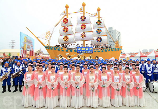 组图:世界最大法船花灯台湾灯会吸引众多人潮