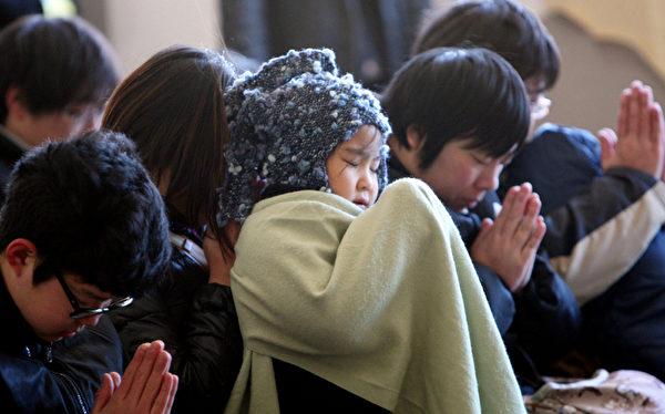 日本311大地震屆滿2周年,在2年前311大地震的發生時刻當地時間下午2時46分,日本國民全體默哀1分鐘,追悼罹難者。(JIJI PRESS/AFP)