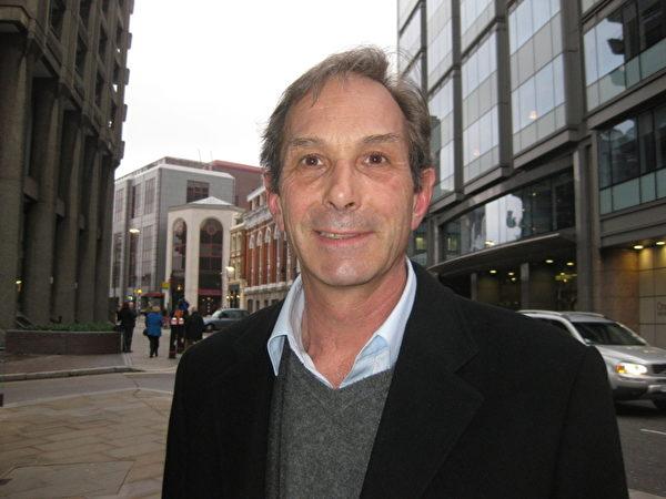 法国国家现代舞中心(Centre National de Danse Contemporaine)总监罗伯特‧斯文斯顿(Robert Swinston)表示很喜欢神韵的中国古典舞。(摄影:孟若涵/大纪元)