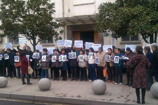 3月11日,武汉市一百多访民要求当地政府释放从北京押回关在黑监狱的访民,遭到一帮黑保安围殴,多人受伤,一人重伤。(知情者提供)