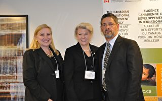 加拿大聯邦國會議員布朗(Lois Brown)(中)宣布,撥款150萬元給瑞爾森大學,保護多米尼加共和國青少年人權項目。(攝影:高雲林/大紀元)
