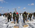 美國有些軍人控告東京電力公司(TEPCO),對協助清理2011年核災區的危險性加以欺瞞,因此求償20多億美元。圖為2011年3月24日,美國海軍清洗派遣到日本東部救災的航空母艦雷根號(USS Ronald Reagan)飛行甲板。(US NAVY/AFP)