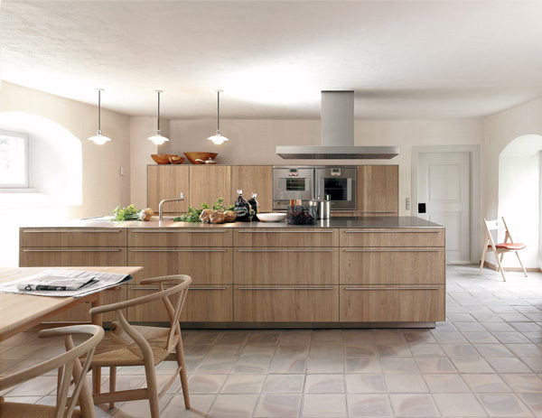 落地式b3厨房系统,13毫米厚的硬橡木面板,让您的生活更自然、高贵。工作台是b3系列典型的一厘米厚的不銹钢台面,极其坚固耐用。(图/布尔托提供)