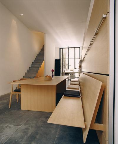 bulthaup认为厨房是家庭的中心,也是沟通交流的中心。这个设计体现了bulthaup如何把整个区域变得时尚美观。天然灰橡木c3桌椅,按照b3 厨房的外观和材质配套设计。16毫米厚的长椅安装在背后的多功能墙上(也可提供站立式,即有腿的设计),结实但又很好地体现了整套系统的轻便设计。(图/布尔托提供)