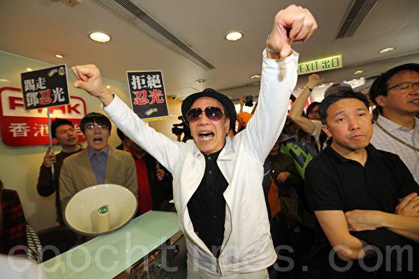 廣播處長鄧忍光被斥染紅港台,泛民促下台。(攝影:潘在殊/大紀元)