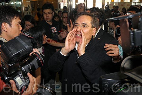 台節目城市論壇主持謝梓峰要求鄧忍光回應(攝影:潘在殊/大紀元)
