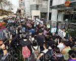 港百名傳媒人黑衣遊行抗議記者被毆