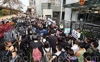 港百名传媒人黑衣游行抗议记者被殴