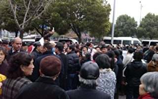 组图:上海市政府前逾千人抗议示威