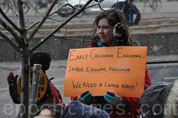 图:3月21日,多伦多民众在安省劳工厅前集会,强烈要求自由党政府提高最低工资。(摄影:高云林/大纪元)