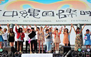 组图:冲绳电影节雨天模特猫步走形 观众热情不减