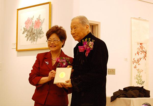 图:联邦耆老事务国务部长黄陈小萍(左)到场表示祝贺周士心教授(右)九十荣寿。(摄影:唐风/大纪元)