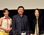 金鐘影后周幼婷(左起)與著名製片人李崗、導演傅天余出席影片後的見面會,談起影片拍攝背後的故事,贏得觀眾陣陣掌聲(攝影:遊沛然/大紀元)。
