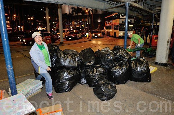 青關會毀謗法輪功的橫幅被食環署取締要求拆除,數量多到裝滿許多大型垃圾袋。(攝影:宋祥龍/大紀元)