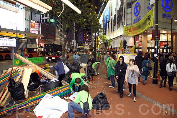 中共江泽民和曾庆红集团等操控的香港青关会去年6月10日开始在香港多个法轮功真相点以大量污蔑横幅进行遮挡和侵扰,恶行极为嚣张,并延伸到闹市区,引起香港市民的公愤,在社会正义压力不断投诉和大陆政局变化下,青关会的邪恶横幅大面积被勒令拆除,图为香港铜锣湾SOGO的青关会毁谤法轮功的横幅4月7日晚被拆除。(摄影:潘在殊/大纪元)