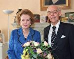 「鐵娘子」英國首相撒切爾夫人(左)重家庭,是有夫婿丹尼斯(Denis)(右)做堅實後盾的家庭主婦,育有一對雙胞胎兒女。圖片攝於1995年10月13日倫敦。(ANDREW WINNING/AFP)