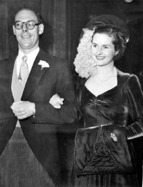 撒切爾夫婦1951年12月13日在倫敦結婚時的檔案照。(法新社)