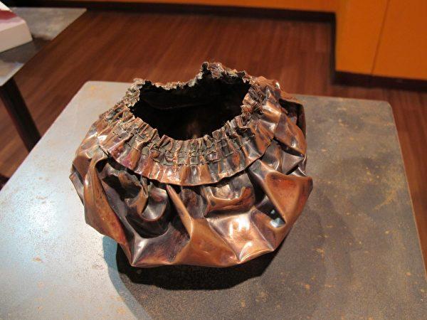 由台艺大学四年级学生邢力云以红铜片创作的浴帽 。(摄影:廖素贞/大纪元)