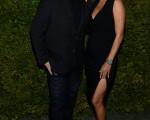 哈莉•贝瑞晚宴当晚和迈可·寇斯合影。(Dimitrios Kambouris/Getty Images)