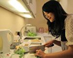 戴君竹常為老公黃懷晨下廚。(圖/客家電視提供)