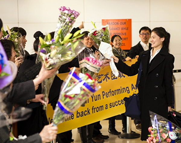 美國神韻紐約藝術團在圓滿結束2013年度歐洲巡演後返回美國,4月15日,早早在此等候的上百位神韻粉絲一片歡騰聲:「歡迎神韻!載譽歸來!」(攝影:愛德華/大紀元)