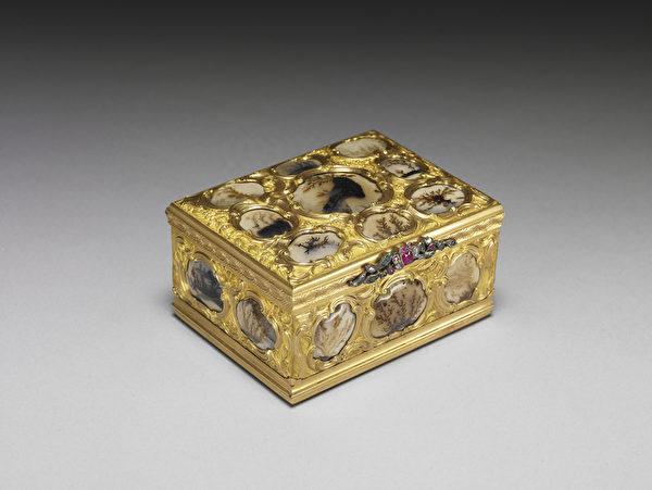 英国十八世纪后半金嵌玛瑙鼻烟盒。(台北故宫提供)