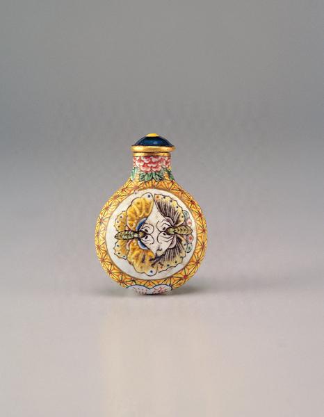 清 康熙 铜胎画珐琅双蝶鼻烟壶。(台北故宫提供)
