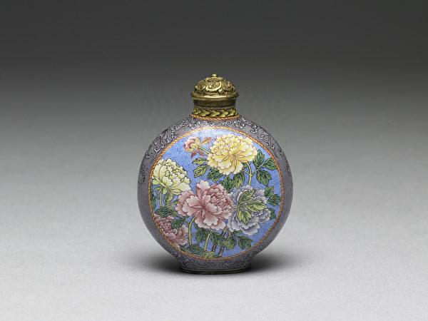 清 雍正 铜胎画珐琅紫地开光牡丹荷莲鼻烟壶。(台北故宫提供)