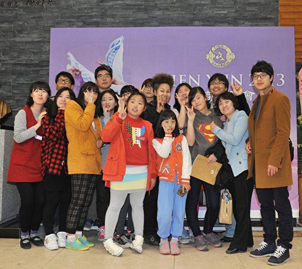 為了紀念成立了多文化學校,歌手仁順伊與新成立的多文化學校師生們一起觀看了神韻演出。(攝影: 鄭仁權/大紀元)