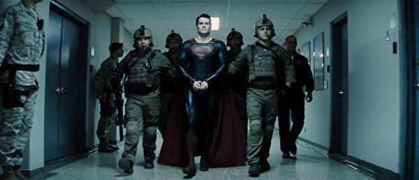 《超人:鋼鐵英雄》劇照。(圖/華納兄弟提供)