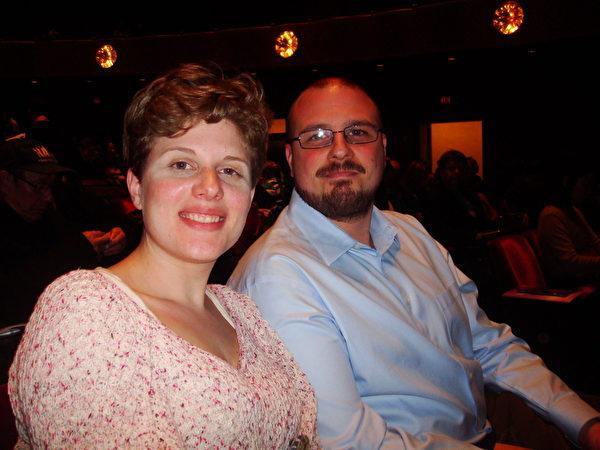 Kris Lapke夫婦讚賞「神韻演出中西結合的樂團演奏非常完美」。(攝影:陳天成/大紀元)