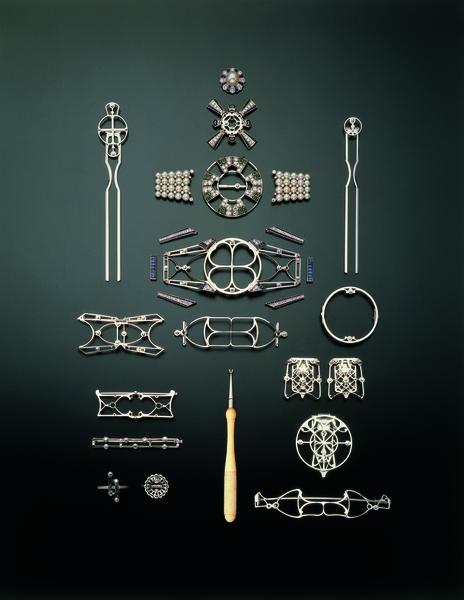 百變和服帶扣「矢車」,能夠分拆成12件配件,如髮簪、胸針、別針、戒指等。(MIKIMOTO提供)