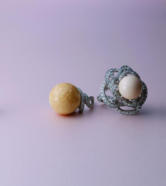 2013頂級珠寶新品(左)天然南洋珠鑽石戒指 NT$ 4,200,000;(右)美樂珠鑽石戒指 NT$5,000,000。(MIKIMOTO提供)