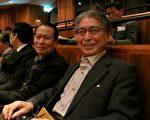大阪大學名譽教授大山良德先生(右)和他的朋友池田一郎先生(左)專程從大阪來西宮看演出觀看神韻演出,大山表示說:「中國經過毛澤東之後已經和傳統文化切割開了,演出是現在的中國所沒有的,承傳下去是非常必須的。」 (攝影:牛彬/大紀元)