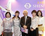 日本笑臉協會理事長及理事一行10多人觀看完演出之後表示,神韻演出非常令人震撼,技巧非常高超。(攝影:余鋼/大紀元)