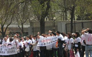 组图:武汉50多访民进京告洋状 多人遭刑拘